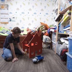 Стул игровой детский в интерьере с игрушками